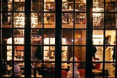 Άποψη σχετικά με τα παλαιά αναδρομικά παράθυρα Στοκ Εικόνες
