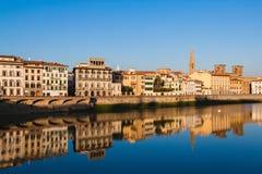 Άποψη σχετικά με τα παλαιά σπίτια της Φλωρεντίας από το Ponte Vecchio πέρα από Arno Στοκ εικόνα με δικαίωμα ελεύθερης χρήσης