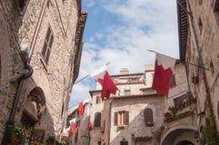 Άποψη σχετικά με τα σπίτια και την οδό με τις σημαίες στην πόλη Assisi Στοκ εικόνες με δικαίωμα ελεύθερης χρήσης