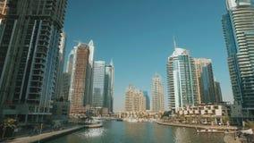 Άποψη σχετικά με τα όμορφα σύγχρονα κτήρια στη μαρίνα του Ντουμπάι στην ηλιόλουστη ημέρα απόθεμα βίντεο