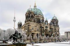 Άποψη σχετικά με τα DOM του Βερολίνου από το άγαλμα του παλαιού μουσείου στοκ φωτογραφία με δικαίωμα ελεύθερης χρήσης