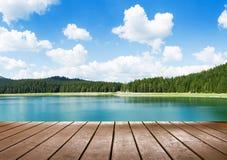 Άποψη σχετικά με την ήρεμη λίμνη Στοκ Εικόνα