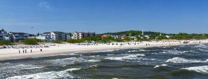 Άποψη σχετικά με την ακτή και την παραλία σε Ahlbeck στη Γερμανία Στοκ Εικόνες