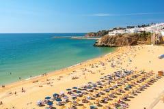 Άποψη σχετικά με την αμμώδη παραλία σε Albufeira, Αλγκάρβε, Πορτογαλία Στοκ εικόνα με δικαίωμα ελεύθερης χρήσης