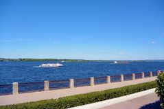 Άποψη σχετικά με την αποβάθρα του Βόλγα της Samara, Ρωσία Ανάχωμα πόλεων, βάρκες στον ποταμό Στοκ φωτογραφίες με δικαίωμα ελεύθερης χρήσης