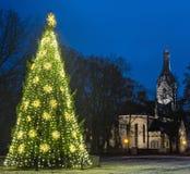 Άποψη σχετικά με την εκκλησία και το χριστουγεννιάτικο δέντρο, Jurmala, Λετονία Στοκ Εικόνα