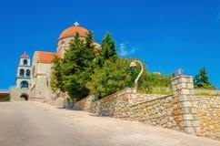 Άποψη σχετικά με την ελληνική χαρακτηριστική εκκλησία με το κλασικό κόκκινο υλικό κατασκευής σκεπής, ελληνικό Isl Στοκ Εικόνες