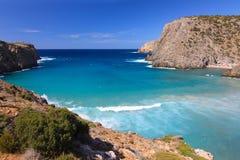 Άποψη σχετικά με την μπλε λιμνοθάλασσα Cala Domestica, Σαρδηνία, Ιταλία Στοκ εικόνες με δικαίωμα ελεύθερης χρήσης
