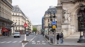 Άποψη σχετικά με την οδό Auber με την όπερα του Palais Garnier Στο stree Στοκ φωτογραφία με δικαίωμα ελεύθερης χρήσης