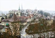 Άποψη σχετικά με την παλαιά πόλη της Βέρνης στη βροχή, Ελβετία Στοκ Εικόνες