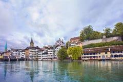 Άποψη σχετικά με την παλαιά πόλη που βλέπει από τον ποταμό, Ζυρίχη, Ελβετία Στοκ φωτογραφία με δικαίωμα ελεύθερης χρήσης