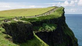 Άποψη σχετικά με την πορεία στην κορυφή των απότομων βράχων Moher Στοκ εικόνες με δικαίωμα ελεύθερης χρήσης