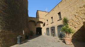 Άποψη σχετικά με την πρόσοψη του dell'Ovo Castel στη Νάπολη, αρχαία αρχιτεκτονική, τουρισμός απόθεμα βίντεο