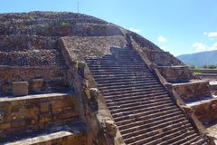 Άποψη σχετικά με την πυραμίδα του ήλιου και του δρόμου των νεκρών - Μεξικό - Teotihuacan στοκ φωτογραφία με δικαίωμα ελεύθερης χρήσης