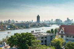 Άποψη σχετικά με την πόλη της Μπανγκόκ κατά μήκος του ποταμού Chao Praya Στοκ φωτογραφίες με δικαίωμα ελεύθερης χρήσης