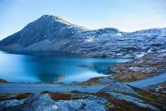 Άποψη σχετικά με τη λίμνη Djupvatnet στη Νορβηγία Στοκ εικόνα με δικαίωμα ελεύθερης χρήσης
