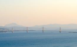 Άποψη σχετικά με τη γέφυρα Ρίο-Αντίρριο στο ηλιοβασίλεμα και το βαθιά μπλε νερό του ιόντος Στοκ φωτογραφίες με δικαίωμα ελεύθερης χρήσης