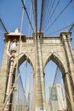 Άποψη σχετικά με τη γέφυρα του Μπρούκλιν και σχετικά με τα skycrapers πίσω στη Νέα Υόρκη Cit στοκ εικόνα