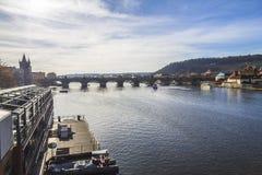 Άποψη σχετικά με τη γέφυρα Charles στην Πράγα Στοκ φωτογραφία με δικαίωμα ελεύθερης χρήσης
