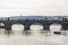Άποψη σχετικά με τη γέφυρα Charles στην Πράγα Στοκ Εικόνες