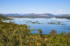Άποψη σχετικά με τη λίμνη Deransko, Βοσνία-Ερζεγοβίνη Στοκ φωτογραφία με δικαίωμα ελεύθερης χρήσης