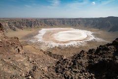 Άποψη σχετικά με τη μικρή αλατισμένη λίμνη στον κρατήρα Al-Wahbah στην επαρχία Makkah, Σαουδική Αραβία στοκ φωτογραφία με δικαίωμα ελεύθερης χρήσης