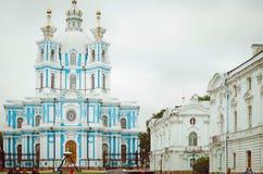 Άποψη σχετικά με τη μονή Αγία Πετρούπολη Smolny καθεδρικών ναών Smolnyi στοκ φωτογραφίες με δικαίωμα ελεύθερης χρήσης