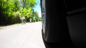 Άποψη σχετικά με τη ρόδα του αυτοκινήτου οδηγώντας φιλμ μικρού μήκους