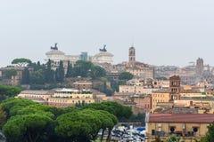 Άποψη σχετικά με τη Ρώμη από τον πορτοκαλή κήπο, degli Aranci Giardino στο λόφο Aventine στη βροχή Ιταλία στοκ εικόνες