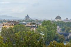 Άποψη σχετικά με τη Ρώμη από τον πορτοκαλή κήπο, degli Aranci Giardino στο λόφο Aventine στη βροχή Ιταλία στοκ φωτογραφία