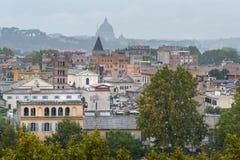 Άποψη σχετικά με τη Ρώμη από τον πορτοκαλή κήπο, degli Aranci Giardino στο λόφο Aventine στη βροχή Ιταλία στοκ εικόνα