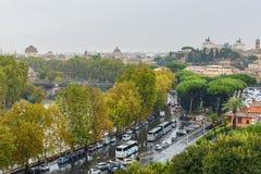 Άποψη σχετικά με τη Ρώμη από τον πορτοκαλή κήπο, degli Aranci Giardino στο λόφο Aventine στη βροχή Ιταλία στοκ εικόνες με δικαίωμα ελεύθερης χρήσης