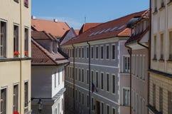 Άποψη σχετικά με τις στέγες και τη στενή οδό της παλαιάς πόλης Στοκ εικόνες με δικαίωμα ελεύθερης χρήσης