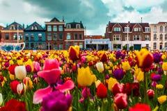 Άποψη σχετικά με τις όμορφες προσόψεις κτηρίων στο κεντρικό τετράγωνο στην πόλη του Ντελφτ, Netherland στοκ φωτογραφία