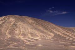 Άποψη σχετικά με τον άγονο ξηρό καφετή απομονωμένο λόφο που αντιπαραβάλλει με το βαθύ μπλε ουρανό salar de atacama - τη Χιλή στοκ εικόνες