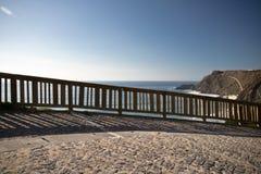 Άποψη σχετικά με τον Ατλαντικό Ωκεανό μέσω του ξύλινου υποβάθρου φρακτών Στοκ Εικόνες