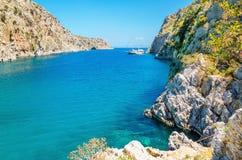 Άποψη σχετικά με τον κόλπο θάλασσας στο ελληνικό νησί με το γιοτ, Ελλάδα Στοκ φωτογραφία με δικαίωμα ελεύθερης χρήσης