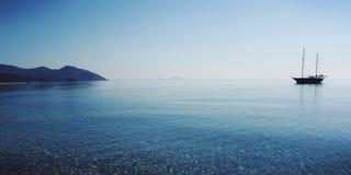 Άποψη σχετικά με τον κόλπο Cirali Βάρκα τουριστών στη θάλασσα ηλικίας φωτογραφία Στοκ Φωτογραφία