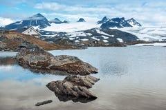 Άποψη σχετικά με τον παγετώνα από την όχθη της λίμνης Στοκ εικόνες με δικαίωμα ελεύθερης χρήσης
