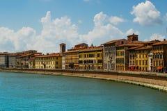 Άποψη σχετικά με τον ποταμό και τα σπίτια Arno στην Πίζα με τα σύννεφα στοκ φωτογραφίες με δικαίωμα ελεύθερης χρήσης