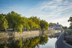 Άποψη σχετικά με τον ποταμό πόλεων την ηλιόλουστη ημέρα Στοκ φωτογραφία με δικαίωμα ελεύθερης χρήσης