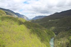 """Άποψη σχετικά με τον ποταμό της Tara από την άποψη σχετικά με το 5$α  urÄ """"eviÄ ‡ μια γέφυρα της Tara, μια από τις ομορφότερες γ στοκ εικόνες με δικαίωμα ελεύθερης χρήσης"""