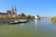 Άποψη σχετικά με τον ποταμό Δούναβη με τον καθεδρικό ναό του Ρέγκενσμπουργκ, Γερμανία Στοκ φωτογραφία με δικαίωμα ελεύθερης χρήσης