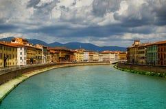 Άποψη σχετικά με τον ποταμό Arno στην Πίζα με τα σύννεφα βροχής στοκ εικόνες