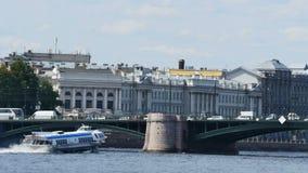 Άποψη σχετικά με τον ποταμό Neva σε Άγιο Πετρούπολη, Ρωσία 4k βίντεο UltraHD φιλμ μικρού μήκους