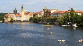 Άποψη σχετικά με τον ποταμό Vltava στην Πράγα Στοκ Φωτογραφία