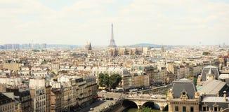 Άποψη σχετικά με τον πύργο του Παρισιού και του Άιφελ από τον καθεδρικό ναό της Notre-Dame Στοκ φωτογραφίες με δικαίωμα ελεύθερης χρήσης