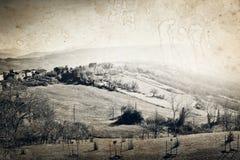 Άποψη σχετικά με τους λόφους με το μικρό χωριό Στοκ Εικόνες