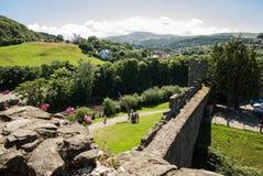 Άποψη σχετικά με τους λόφους πίσω από Conwy από τους μεσαιωνικούς τοίχους Στοκ Εικόνες