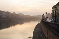 Άποψη σχετικά με το ανάχωμα του ποταμού Arno στην ανατολή στην Πίζα στοκ φωτογραφία με δικαίωμα ελεύθερης χρήσης